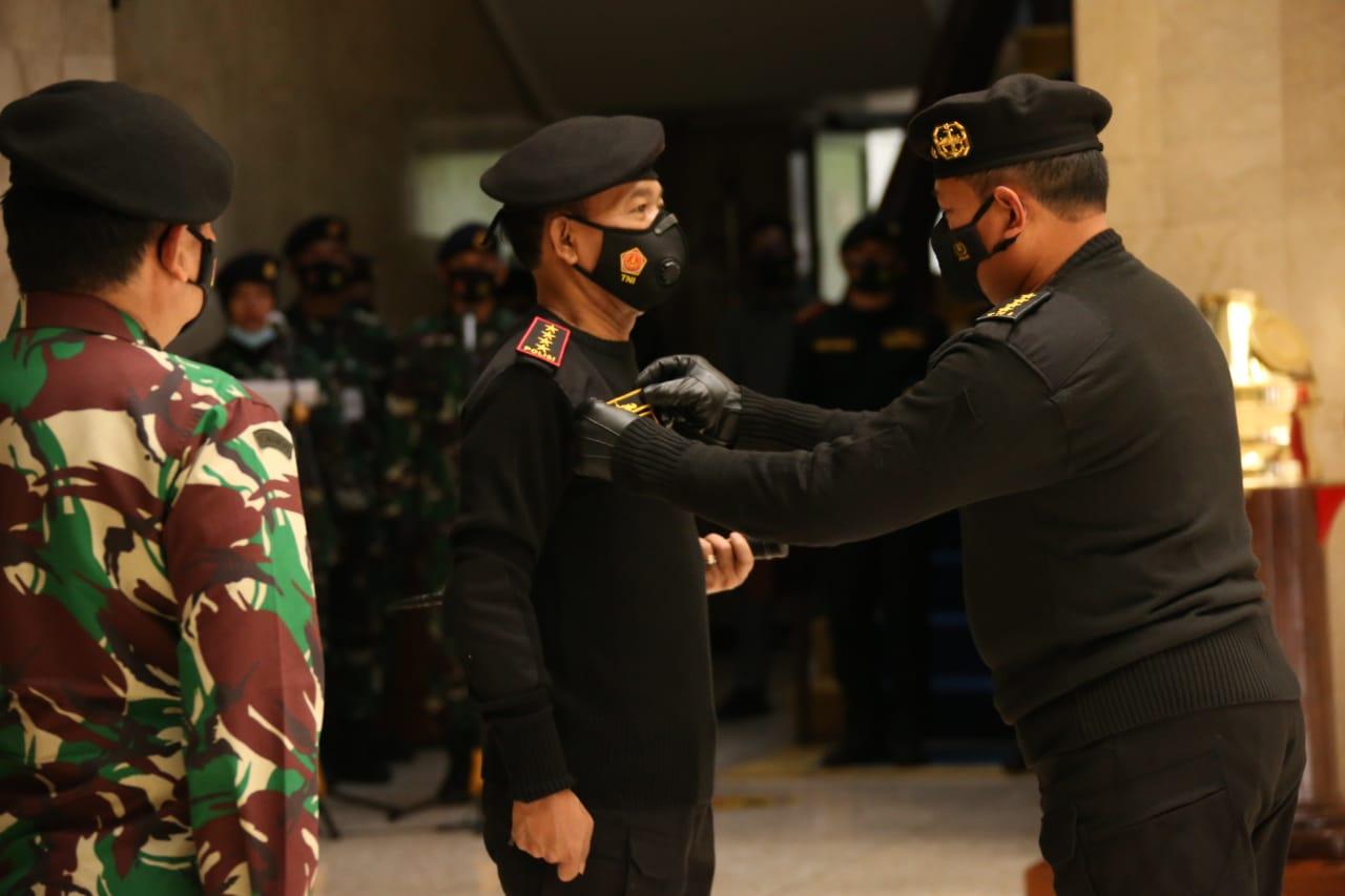 Kapolri Jenderal Idham Azis menerima dua penghargaan yakni Wing Kehormatan Penerbang Kelas I TNI Angkatan Udara dan Brevet Kapal Selam Hiu Kencana TNI Angkatan Laut.