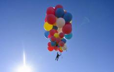 Layaknya Film 'Up', David Blaine Terbang ke Langit Arizona dengan Balon Helium