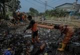 Sampah Menumpuk di Aliran Sungai Perbatasan Jakarta-Tangerang