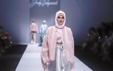 Mewahnya Kain Tradisional pada 'Street Couture' Rancangan Jeny Tjahyawati di JFW 2020