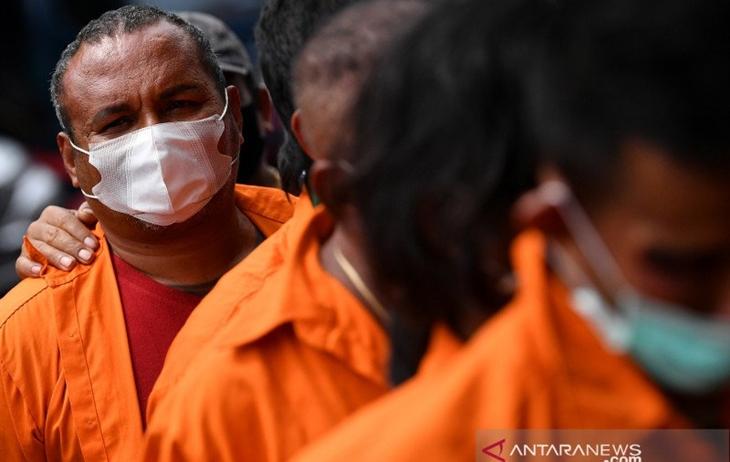 Tersangka kejahatan John Kei dihadirkan saat rilis di Polda Metro Jaya, Jakarta, Senin (22/6/2020). ANTARA FOTO/Sigid Kurniawan/aww.