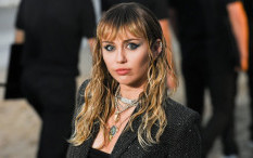 Miley Cyrus Menyanyikan Help Dari The Beatles Di Stadion Kosong