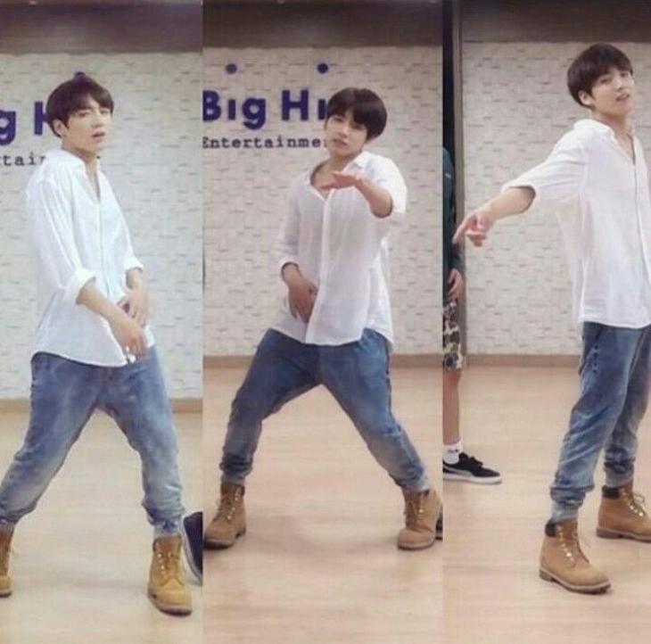 Gaya andalan Jungkook dari BTS. (Foto: Twitter/@ETRNALGOO)
