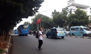 Walkot Jaksel Lempar Polemik Bendera PDIP di Tiang Lampu Jalan ke Bawaslu