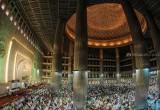 Umat Muslim Laksanakan Shalat Tarawih di Masjid Istiqlal