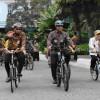 Anies Pelopori Naik Sepeda Pakai Baju Batik