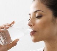 8 Manfaat Minum Air Putih Setelah Bangun Tidur untuk Kesehatan