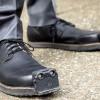Perusahaan Ini Kembangkan Sepatu Pintar AI Untuk Tunanetra