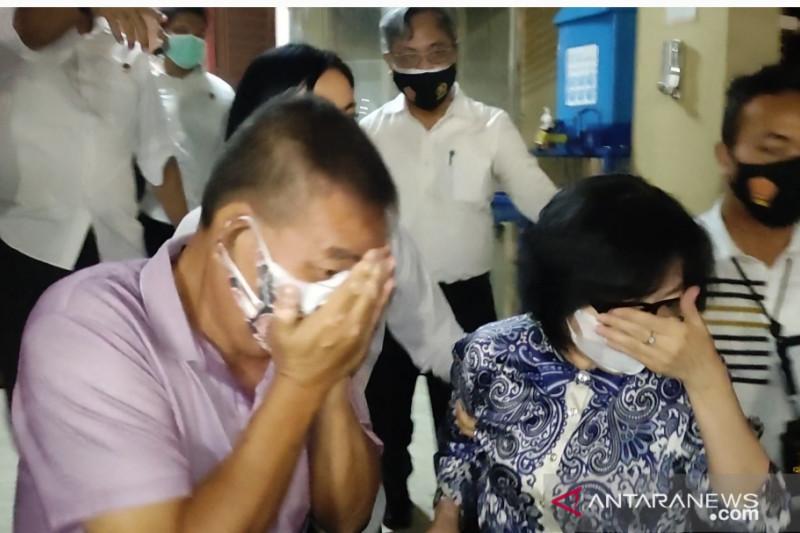 Dua dari empat orang anggota keluarga almarhum Akidi Tio saat tiba di Markas Polda Sumatera Selatan, Palembang, Senin. ANTARA/M Rieko Elko
