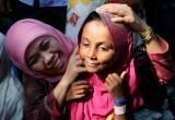 Mensos Khofifah 'Peluk' Pengungsi Rohingya