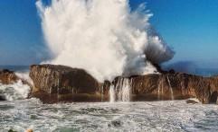 Debur Ombak Dahsyat di Pantai Watu Bale Pacitan