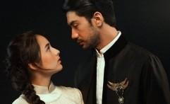 Malu-Malu Reza Rahadian Cium Chelsea Islan di Teater Bunga Penutup Abad