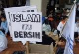 Pasukan Demo Aa Gym Bersih-Bersih di Masjid Istiqlal