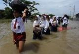 Anak-anak Sekolah saat Banjir Total Persada