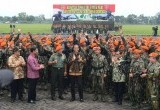Presiden Jokowi di Tengah Pasukan Baret Jingga