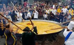 Tradisi unik di Belgia: Masak Telur Dadar Raksasa Ramai-Ramai