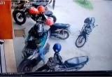 Video CCTV Seorang Wanita Keluarkan Motor dari Parkiran Langsung Viral, Kenapa?