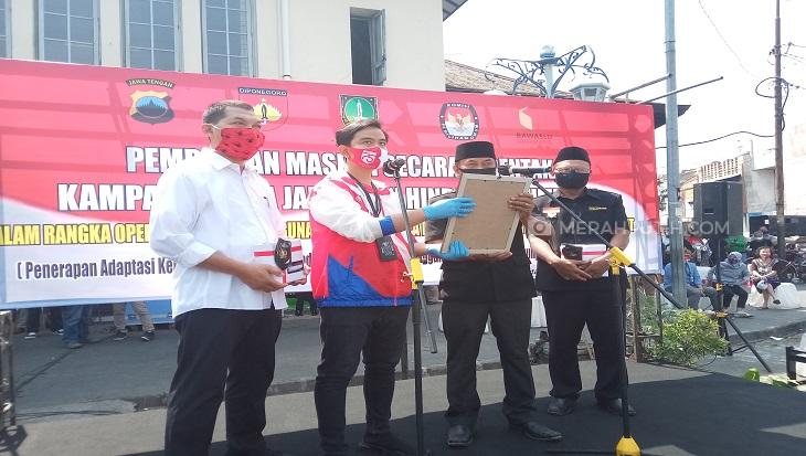 Gibran-Bagyo Deklarasi Patuhi Protokol Kesehatan di Pasar Gede Solo