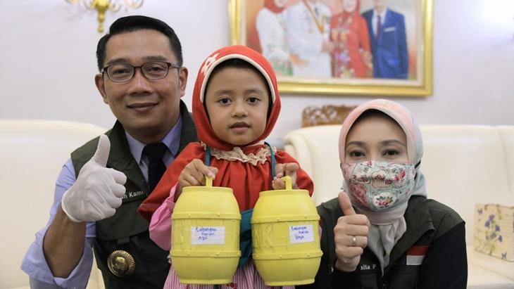 Ridwan Kamil Terima Dua Bocah yang Sumbang Tabungan untuk Tenaga Medis