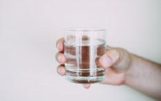 [Hoaks atau Fakta]: Minum Air Hangat Lancarkan Peredaran Darah Pasien COVID-19