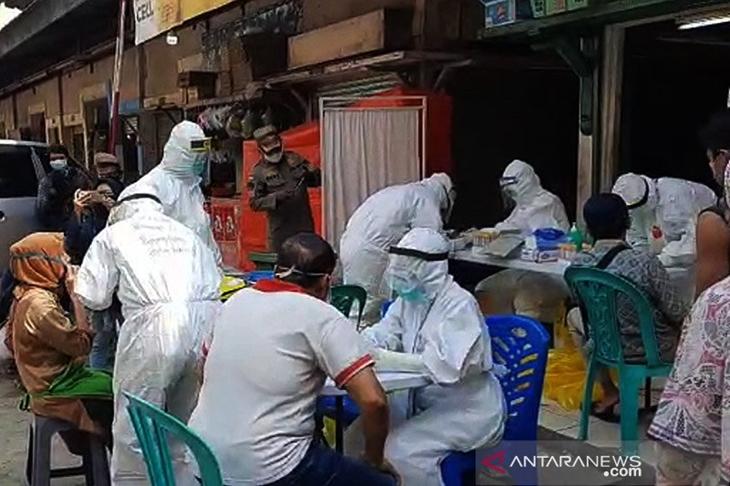 "Petugas Puskesmas Duren Sawit, Jakarta Timur, melakukan ""rapid test"" dan swab terhadap 66 pedagang di Pasar Perumnas Klender, Jumat (29/5/2020). ANTARA/HO-Puskesmas Duren Sawit/am."