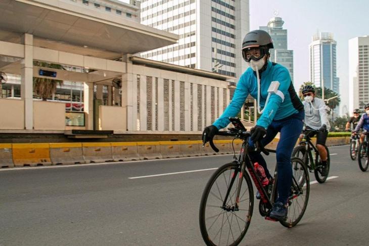 Menteri Perindustrian Agus Gumiwang Kartasasmita (depan) melakukan kegiatan bersepeda di Jakarta, Minggu (12/7/2020). (ANTARA/ Biro Humas Kementerian Perindustrian)