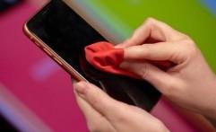 Jangan Gunakan Alat Ini untuk Bersihkan Layar Ponsel