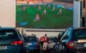 Nobar Pertandingan Sepakbola, Penggemar Klub Ini Terapkan Sistem Drive-In
