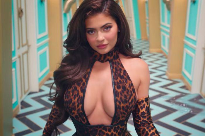 Kylie Jenner pada MV WAP. (Foto Youtube Cardi B)