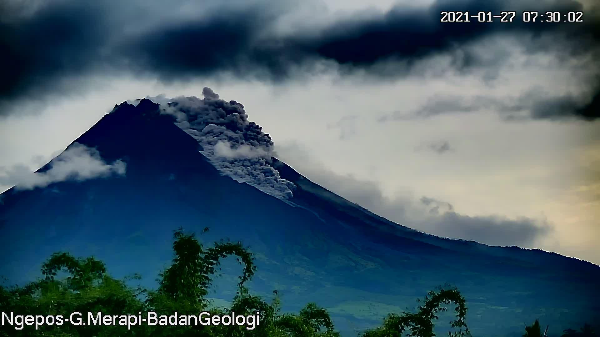 awan panas guguran Merapi tercatat di seismogram dengan amplitudo 50 mm dan durasi 139 detik, tinggi kolom tersapu angin ke lereng arah timur, estimasi jarak luncur 1300 m ke arah barat daya: hulu Kali Krasak dan Boyong. Foto: BPPTKG