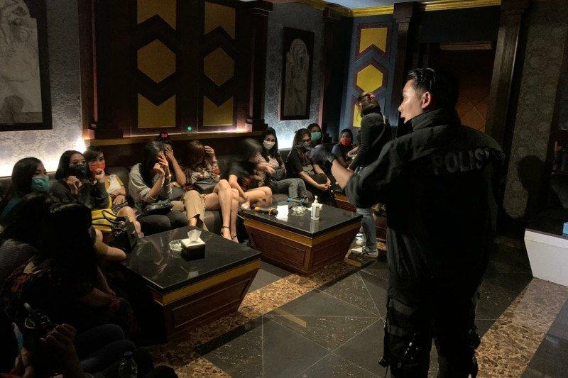 Direktur Tindak Pidana Umum Bareskrim Polri Brigjen Pol Ferdy Sambo (kanan) memimpin penggerebekan karaoke eksekutif Venesia BSD di Serpong Sub District, Tangerang Selatan, Banten, Rabu (19/8/2020) malam. Tempat hiburan malam itu diduga melakukan tindak pidana perdagangan orang (TPPO) dengan modus eksploitasi seksual pada masa pandemi COVID-19. (ANTARA/ HO-Dittipidum Bareskrim Polri)