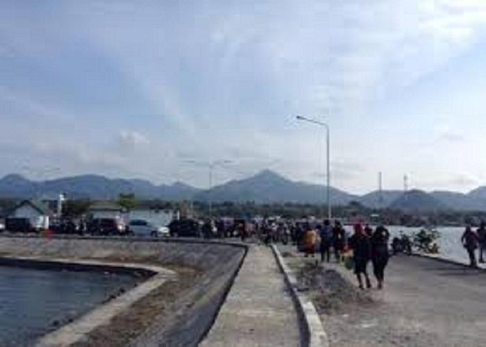 Dermaga menuju ke Pulau Bawean
