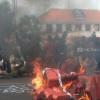 Demo Berujung Bentrok, Grahadi Surabaya Diserang Mahasiswa dari Berbagai Arah