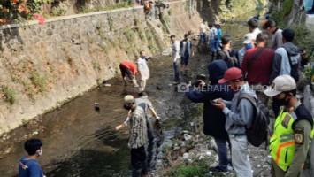 Terciduk Tak Pakai Masker, Puluhan Orang di Solo Dihukum Bersihkan Sungai