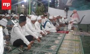 Pangkostrad Salat Tarawih Bersama Warga Medan