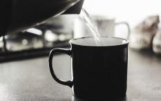 [Hoaks atau Fakta]: Minum Sambil  Berdiri Berdampak Pada Ginjal
