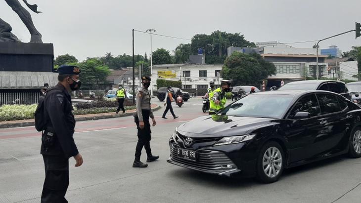Petugas memberhentikan pengendara yang melanggar aturan ganjil-genap di Jalan Sudirman, Jumat (13/8/2021). ANTARA/Sihol Hasugian
