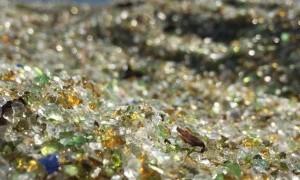 Viral! Pantai Misterus Ini Dipenuhi Butiran Kaca Warna-Warni, Indah Sih, Tapi....