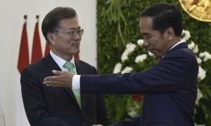 Didampingi Presiden Jokowi, Presiden Korsel Beli Batik dan Ngeteh di Mal