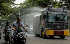 FOTO: Polisi Semprotkan Disinfektan Pakai Water Canon