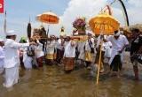 Ribuan Umat Hindu Banten Melaksanakan Melasti