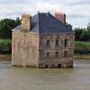 Rumah Misterius di Tengah Sungai Ini Viral di Media Sosial