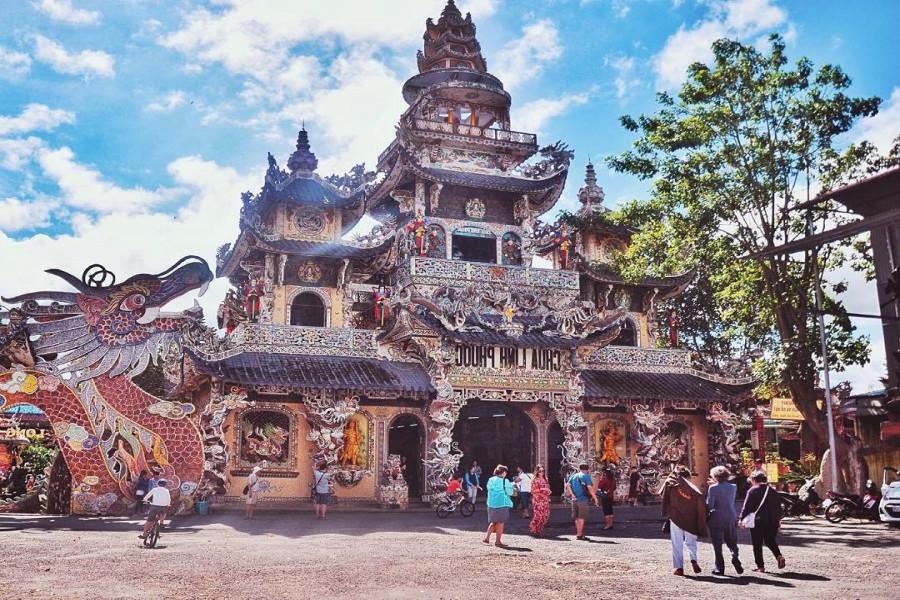 Hiasan Kuil Menggunakan 12 ribu Pecahan Botol (foto: Dalat)