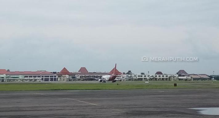 Merapi Muntahkan Abu Vulkanik, Penerbangan di Bandara Adi Soemarmo Normal