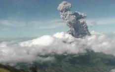 Gunung Merapi Meletus Dua Kali, Hujan Abu Penuhi Desa di Magelang