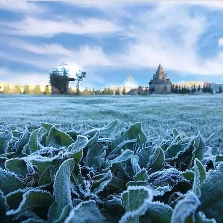 Hamparan embun es di Dataran Tinggi Dieng. (Foto: instagram.com/zahra_luis31)