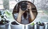 Menarik di Depan Cermin Namun Berbeda dengan Hasil Swafoto, Ini Alasannya