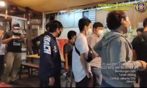Satpol PP Tutup Kafe Langgar Aturan Jam Malam di Tanah Abang