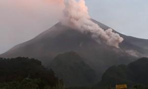 Gunung Merapi Semburkan Awan Panas Sejauh 1,5 Kilometer