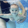Bayi Refleks Berenang Saat Diletakkan di Kolam Renang